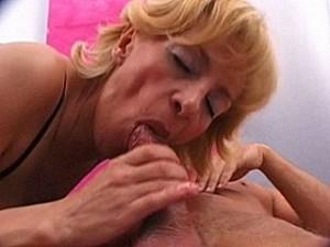 Bejaarde vrouw gedwongen facial van de raper