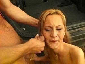 Smeerlap dwingt vrouw zijn snikkel klaar te zuigen
