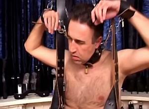 Sadistische meesteres bind slaaf zijn ballen strak af