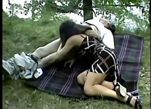 Dochter pijpt vader zijn sperma knots tijdens picknick