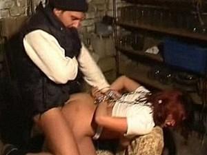Woeste vent pompt zijn vleeslolly in meisje haar kontgaatje